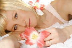 Femme avec des tulipes Images libres de droits