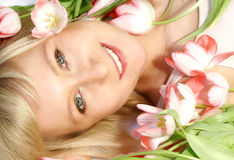 Femme avec des tulipes Photos stock