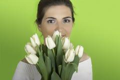 Femme avec des tulipes Image stock