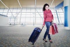 Femme avec des vêtements d'hiver dans l'aéroport Image stock