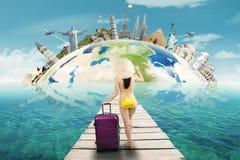 Femme avec des vacances de bikini aux monuments du monde Photographie stock libre de droits
