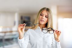 Femme avec des verres à un centre d'affaires image libre de droits
