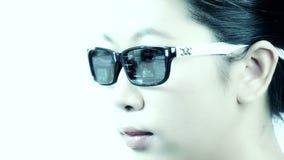 Femme avec des verres de technologie banque de vidéos