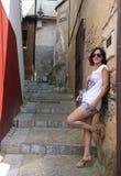 Femme avec des verres se penchant sur le mur dans une rue asturienne typique photo stock