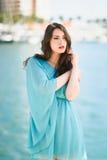 Femme avec des yeux bleus portant la robe bleue dans la plage Photographie stock libre de droits