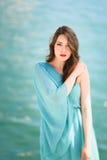 Femme avec des yeux bleus portant la robe bleue dans la plage Image libre de droits