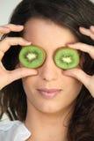 Femme avec des yeux de kiwi images libres de droits