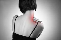 Femme avec douleur dans l'épaule Douleur au corps humain Photos stock