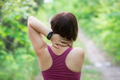 Femme avec douleurs de dos, blessure de cou, traumatisme pendant la séance d'entraînement images libres de droits