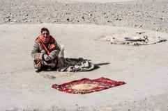 Femme avec du blé dans le Tadjikistan Image stock