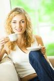 Femme avec du café photos stock