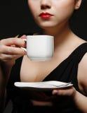 Femme avec du café de cuvette Photos stock