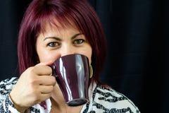 Femme avec du café de cuvette Photographie stock libre de droits