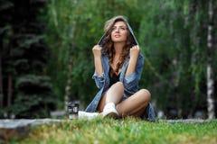Femme avec du café en parc Photo libre de droits