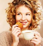 Femme avec du café et des biscuits Image stock