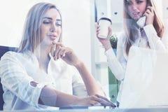 Femme avec du café et son collègue photo stock