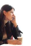 Femme avec du café parlant sur le portable photos stock