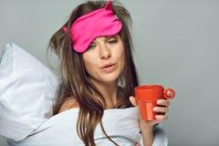 Femme avec du café potable d'insomnie images stock