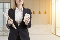 Femme avec du café près de la réception Image libre de droits