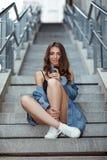 Femme avec du café sur la rue Photographie stock libre de droits