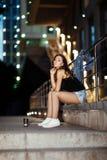 Femme avec du café sur la rue Photos stock