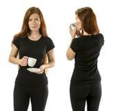 Femme avec du café utilisant la chemise noire vide Images stock