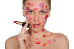 Femme avec du charme avec des baisers sur le visage dans le rouge à lèvres et des lèvres Images libres de droits