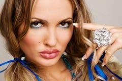 Femme avec du charme avec le bijou de luxe Photos libres de droits