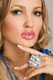 Femme avec du charme avec le bijou de luxe Photographie stock