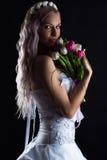 Femme avec du charme avec un bouquet des tulipes photos libres de droits