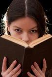 Femme avec du charme avec un livre dans des mains Images libres de droits
