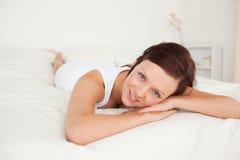Femme avec du charme détendant sur un bâti Image libre de droits