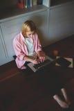 Femme avec du charme d'affaires travaillant de la maison tout en prenant le petit déjeuner Images stock