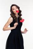 Femme avec du charme d'une manière amusante posant avec le coeur et la cabine de papier de lèvres Photographie stock