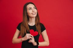 Femme avec du charme dans l'amour avec de longs cheveux bruns à HOL noir de T-shirt Photo libre de droits