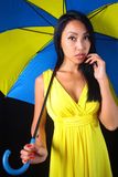 Femme avec du charme dans la robe jaune avec un parapluie élégant images libres de droits
