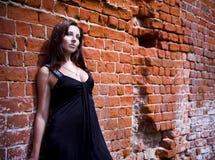 Femme avec du charme dans la robe noire Image libre de droits