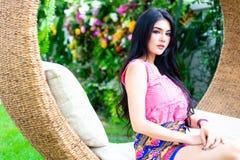 Femme avec du charme de portrait belle La belle fille attirante est images libres de droits