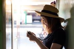Femme avec du charme de portrait la belle regarde son appareil-photo beau photographie stock libre de droits