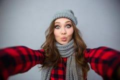 Femme avec du charme faisant la photo de selfie Photographie stock libre de droits