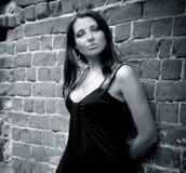 Femme avec du charme près du mur Images stock