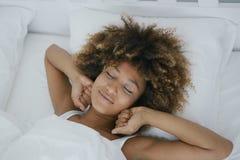 Femme avec du charme se réveillant heureusement Photographie stock