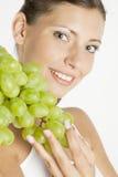 Femme avec du raisin Image stock