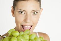 Femme avec du raisin Photographie stock libre de droits