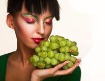 Femme avec du raisin vert Photographie stock
