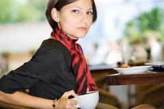 Femme avec du thé Photos stock