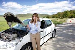 Femme avec elle véhicule décomposé photos stock