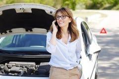 Femme avec elle véhicule décomposé photo libre de droits