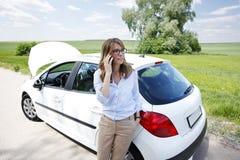 Femme avec elle véhicule décomposé image stock