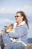 Femme avec extérieur décontracté d'ami de chien Image libre de droits